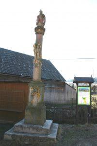 Figura św. Rodziny na placu naprzeciw kościoła